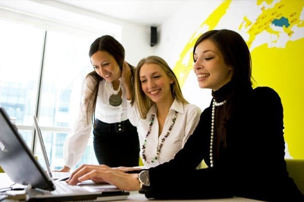 woman-working-in-team-at-office