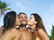 2-women-kissing-man1